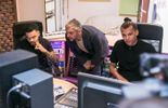 Jérôme Colin en compagnie de Stromae et de son frère Luc Van Haver dans leur studio de musique