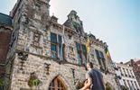 Le Beffroi de Binche fait partie intégrante de l'hôtel de ville édifié au 14e s. Le monument fut reconstruit en style renaissance par l'architecte Du Broeucq après le sac de la ville par les armées françaises en 1554.