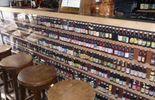 4000 variétés de bière en bouteille avec les pintes et les verres assortis 8