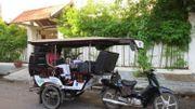 Au Cambodge : le premier tuk-tuk adapaté au monde.