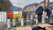 Après 270 jours de fermeture, l'Horeca déverse de la bière dans la Sambre: est-ce le bon geste?