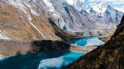 """Enchaînement de """"lagunas"""" colorées et de pics enneigés dans les Andes au Pérou"""