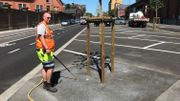 Michael prend deux heures pour arroser les 28 platanes récemment plantés sur le boulevard Mayence