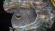 Des pèlerins autour de la Kaaba, dans la Mosquée al-Harâm de La Mecque.