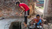 Après l'entraînement matinal, Rinky rentre chez elle à Hutup. Elle doit tirer l'eau du puits pour pouvoir se laver, une eau qui lui a déjà donné la fièvre typhoïde, dit-elle. Elle déjeune, enfile ensuite son uniforme et prend à pied le chemin de l'école.
