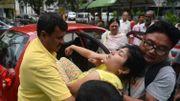 Une Indienne évanouie est évacuée par des passants et le personnel de l'hôpital de Siliguri, dans l'État indien du Bengale-Occidental. le 12 mai 2015.