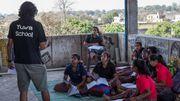 Rinky (T-shirt noir au centre) et ses camarades de classe suivent le cours de math sur la terrasse faîtière de l'école. C'est pour donner une chance aux footballeuses motivées par le sport et les études, malgré un contexte familial souvent difficile, que Yuwa a créé une école  en prolongement de son programme sportif.