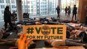 """Action surprise des militants de """"Youth for Climate"""" au Parlement européen"""