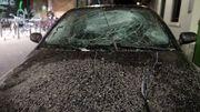 De la poussière sur une voiture à proximité du lieu de l'explosion.