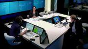 Dans le studio de La Première, durant la diffusion de l'émission CQFD : un expert et une experte au micro d'Arnaud Ruyssen