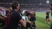 Un photographe plaqué, submergé puis embrassé par les Croates après le but de Mandzukic