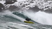 La légende du surf, Tom Carroll, s'offre de l'exotisme sur les vagues glacées de l'Arctique