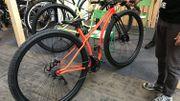 Un vélo équipé de roues de 36 pouces