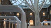 Le cloître est couvert d'un toit en verre soutenu par un arbre en métal.
