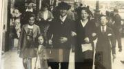 A droite, Henri tout sourire sur cette photo ou il pose avec ses parents et ses soeurs.