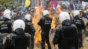 Les agriculteurs ont mis le feu à des pneus sous les chevaux de frise des policiers