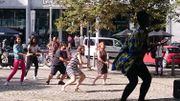 Quelques courageux se déhanchent en pleine rue sur des rythmes africains