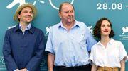 Le réalisateur Roy Andersson avec les acteurs Anders Hellstrom et Tatiana Delaunay