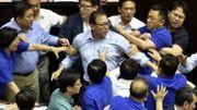 Bagarres, jets d'objets, noms d'oseaux: scènes de chaos au Parlement taïwanais