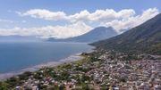 """En 3 ans, la commune a réduit de 80% sa """"production"""" de déchets plastiques. Le lac Atitlán est plus propre qu'auparavant."""