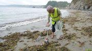 A 70 ans, cette Anglaise fait la guerre aux déchets plastiques sur les plages de Cornouailles