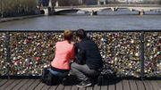 """""""Selfies"""" pour remplacer les """"cadenas d'amour"""" sur les ponts, demande la mairie de Paris"""
