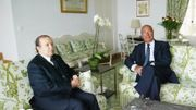 Bouteflika (g.) et Chirac (dr.): un décor fleuri pour désamorcer une crise avec l'Algérie