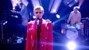 Robyn chante, la main sur le coeur, son plus fameux hit