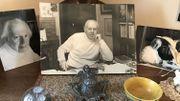Quelques photos de Maurice Carême sur un meuble dans sa maison-musée