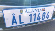"""Aland dispose de son propre système d'immatriculation et donc de plaques spécifiques avec le drapeau alandais. Les plaques de la Finlande calquées sur le modèle européen, avec les lettres """"FIN"""" et les étoiles ne sont pas délivrées ici."""