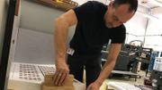 Une fois que les feuilles sont vérifiées par l'imprimeur, il les assemble en pile, afin de les envoyer à la découpe.