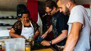 Maël Leblond (à droite de l'image) parcourt le monde depuis 4 ans pour développer le projet de sa vie. Ici, il travaille comme volontaire dans un projet communautaire en Colombie.