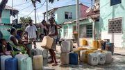 Des habitants de Santa Cruz del Islote s'approvisionnent en eau, le 17 juin 2020.