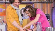 Pour le défi fil rouge #VernisForLife, Sara De Paduwa n'a pas manqué de vernir les doigts de la nounou du cube, Vincent Dallemagne.