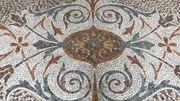 Le château de Deulin, mosaïque intérieure du grand hall.