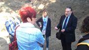 """Les archéologues et le """"Monsieur Cimetières"""" de Wallonie ont rencontré les responsables du chantier pour convenir ensemble de la marche à suivre après la découverte des ossements."""