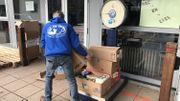Les colis sont pesés avant d'être distribués. Les organismes reçoivent parfois une tonne de nourriture!