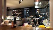 Une cuisine ouverte qui donne toute l'ambiance au restaurant
