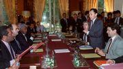Le premier ministre Michel Rocard (2e D), avec à ses côtés son directeur de cabinet Jean-Paul Huchon (3e D) s'adresse à Jean-Marie Tjibaou (G) leader indépendantiste kanak et président du FLNKS, et aux députés RPCR Jacques Lafleur (2eG) et Dick Ukeiwé le 26 juin 1988 à l'Hôtel Matignon à Paris, après la signature de l'accord sur l'avenir de la Nouvelle Calédonie.
