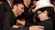 Yoko Ono félicite Ringo Starr