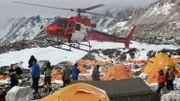 Dans l'Everest, les secours s'activent