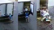 """Vidéo insolite: un livreur de fruits tombe littéralement dans les pommes, de quoi se """"pâmer""""!"""