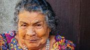 A San Pedro La Laguna, la population est en majorité composée d'autochtones mayas, comme Magdalena, vendeuse de mangues.