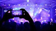"""Des concerts et spectacles où les smartphones sont interdits, la nouvelle """"mode"""" à laquelle on adhère!"""