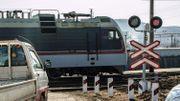 Grosse frayeur pour cette camionnette qui évite de peu un train
