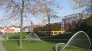 """Au parc Gaucheret, à Bruxelles, ces cerceaux métalliques, rebaptisés """"chips"""", n'ont pas de fonction définie, ils ouvrent le champ des possibles en termes d'activités ludiques."""