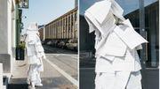 Performance de l'artiste belge Maxime Matthys, l'homme-feuilles du confinement, dans les rue de Rennes