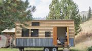 Deux  modaviens se lancent dans la construction d'une mini maison avec du matériel de récupération