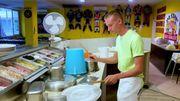 Cet homme transforme la cuisine d'une pizzeria en véritable table à percussions !