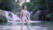 (Chris)tine & The Queens danse dans une rivière pour le clip de 'Comme Si'